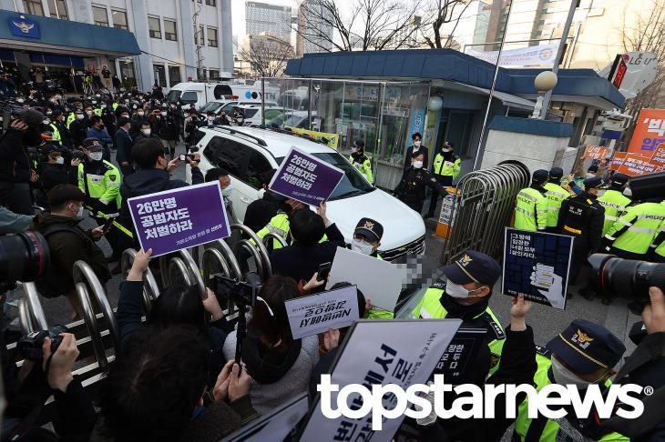 종로경찰서 조주빈 송치 현장/ 사진공동취재