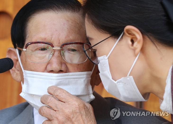 이만희와 신천지 관계자 / 연합뉴스 제공