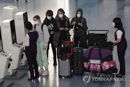 코로나19 확산하는 일본…마스크 쓴 공항 이용자. 일본에서 신종 코로나바이러스 감염증(코로나19)이 확산하는 가운데 3일 도쿄도(東京都) 소재 하네다(羽田) 국제공항에서 항공사 직원이 마스크를 착용한 승객을 상대하고 있다. 2020.4.4 / 연합뉴스