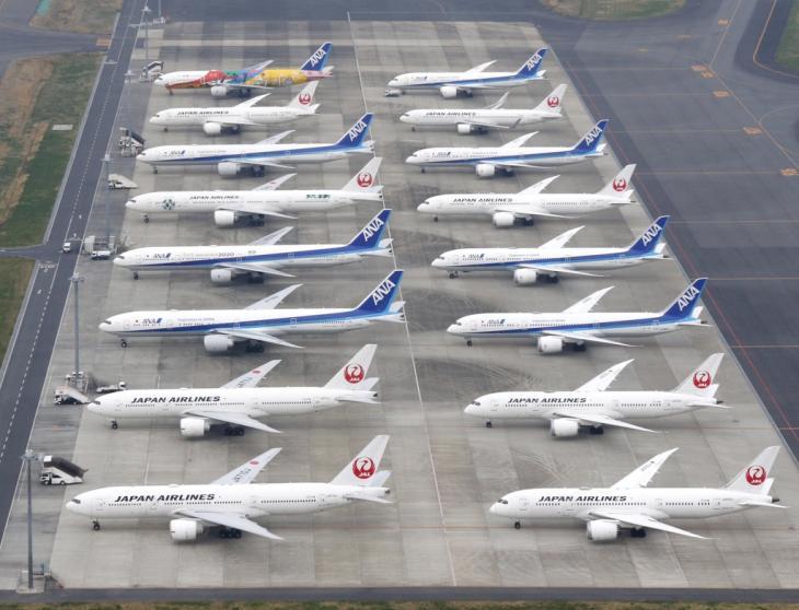 코로나19 확산에 운항 멈춘 여객기. 신종 코로나바이러스 감염증(코로나19) 확산의 영향으로 항공편 운항이 대폭 축소된 가운데 2020년 3월 31일 오후 일본 도쿄도(東京都) 하네다(羽田)공항 주기장에 여객기가 늘어서 있다. 2020.4.4 / 연합뉴스