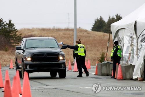 외지인을 통제하는 노바스코샤주 경찰의 코로나19 검문소 [로이터=연합뉴스]