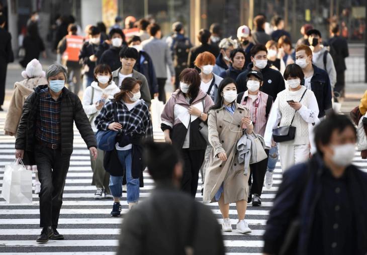 코로나19 확산하는 도쿄…마스크 쓴 사람들. 신종 코로나바이러스 감염증(코로나19)이 확산하는 가운데 마스크를 착용한 사람들이 4일 오후 일본 도쿄도(東京都) 시부야(澁谷)역 앞 횡단보도를 건너고 있다. 2020.4.5 / 연합뉴스