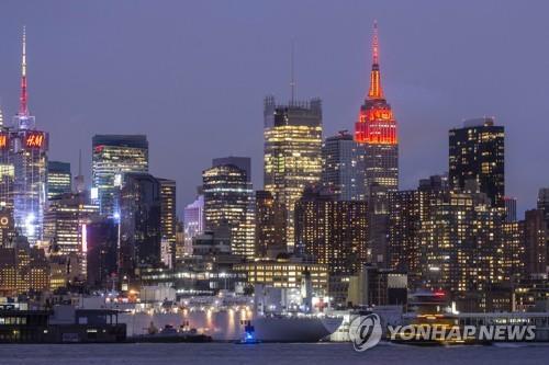 미국 내 코로나19의 최대 확산지가 된 뉴욕을 배경으로 미 해군의 병원선 '컴포트'호가 항구에 정박해 있다. [AFP=연합뉴스 자료사진]