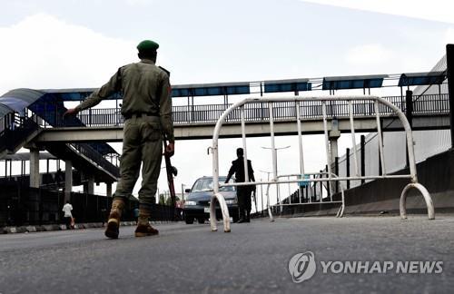 지난 12일 나이지리아 경찰이 라고스에서 봉쇄령으로 단속을 시행하는 장면 [AFP=연합뉴스]