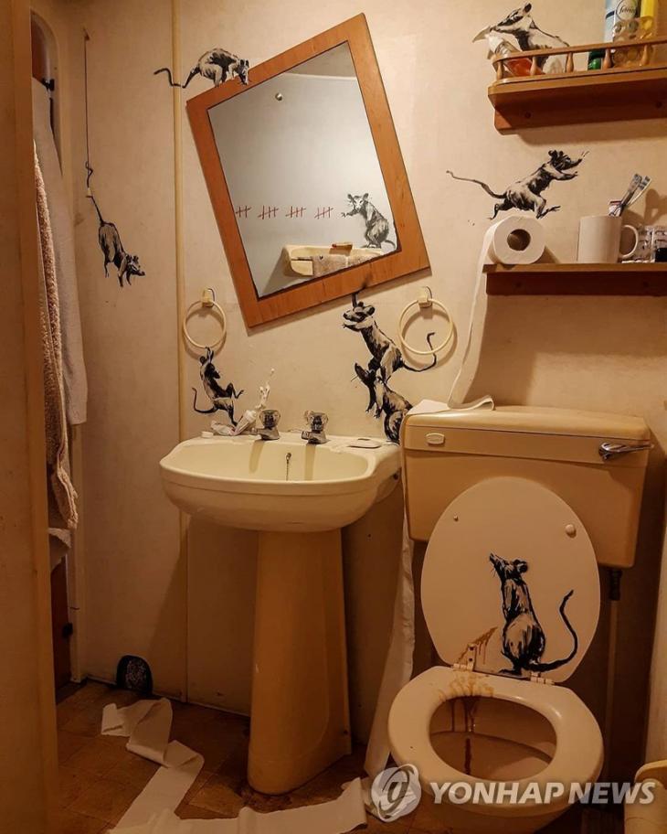 뱅크시가 자신의 화장실을 이용해 만든 작품 [로이터=연합뉴스]
