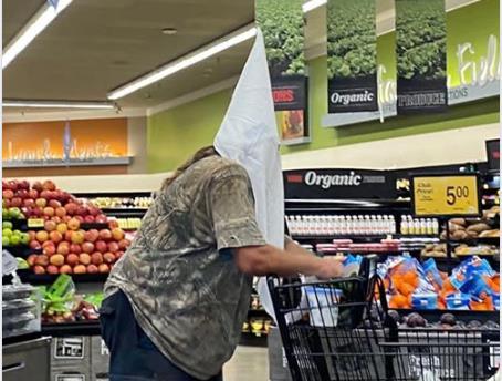백인우월주의단체 'KKK' 두건을 쓴 채 식료품점 매장을 활보하는 한 미국인
