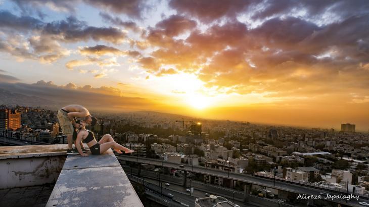 알리레자 자팔라기가 게시한 옥상에서 입맞춤하는 사진 [알리레자 자팔라기 인스타그램]