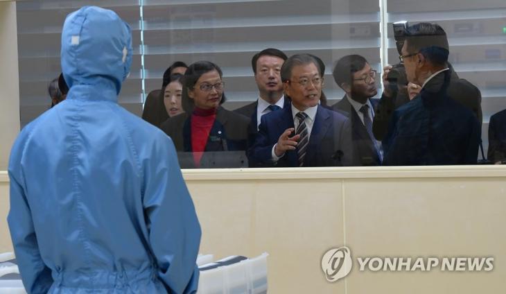 2019년 11월 22일 문재인 대통령이 충남 천안 MEMC코리아 공장에서 불화수소 에칭 공정을 보고 있다. [연합뉴스 자료사진]