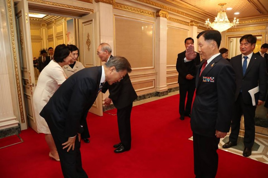 국가유공자에게 인사하는 문재인 대통령